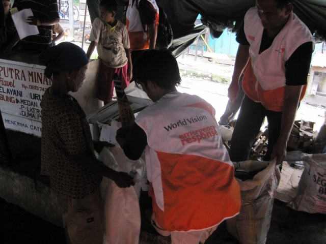 World Vision workers providing food. ©2013 World Vision.