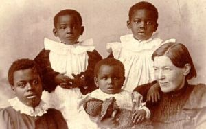 Mary Slessor and adopted children. [PD-1923]