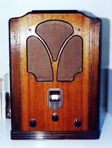 1930's radio. Image by Joe Haupt.